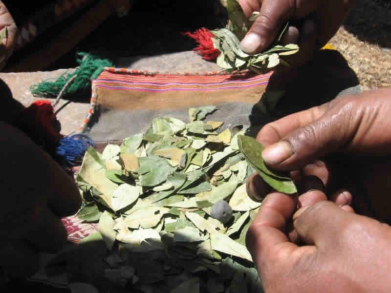 Cusco esoterico, pago a la pachamama con la hoja sagrada de la coca
